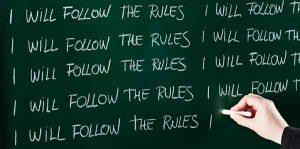 Надпись на доске: «Я буду соблюдать правила»